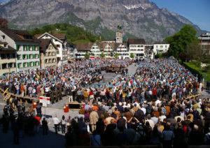 """Un vote à main levée (""""Landsgemeinde"""") dans la ville de Glaris, en Suisse."""