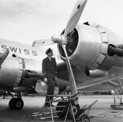 Flight-Engineer Alfred Wegman (1917-2007) bei der Aussenkontroll